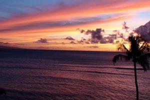 mer hawaïenne pourpre dans la soirée photo