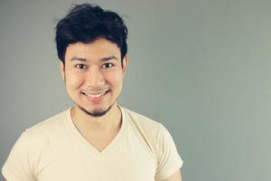 homme asiatique heureux. photo