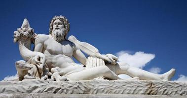"""paris - sculpture """"le timbre"""" du jardin des tuileries photo"""