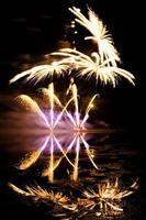 feux d'artifice dorés et violets