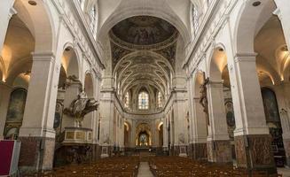 intérieurs et détails de l'église saint roch, paris, france photo