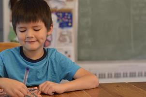 mignon garçon asiatique à colorier photo
