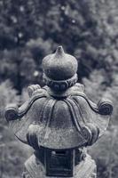 lanterne en pierre traditionnelle asiatique photo