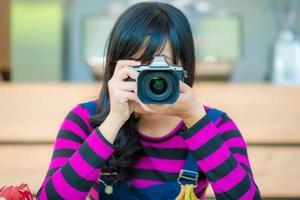femme asiatique, à, appareil photo
