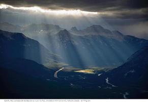 la lumière du soleil à travers les nuages photo