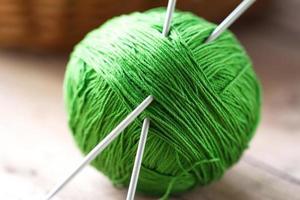 point d'écoute de fil avec des aiguilles à tricoter photo
