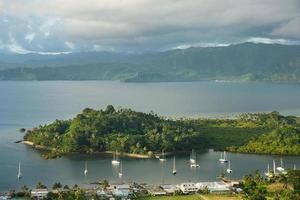 marina de savusavu et îlot nawi, île de vanua levu, fidji photo