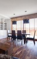salle à manger avec de grandes fenêtres photo