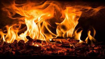 combustion du bois dans un four à pizza ouvert photo