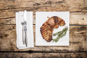 Steak de bœuf grillé décoré de bouquet de romarin