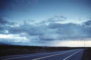 vaste ciel et une route photo