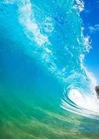 photo rapprochée d'une vague déferlante