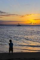 silhouette, de, jeune garçon, à, coucher soleil, sur, maui, hawaï, usa