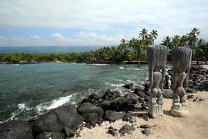 statues tiki sur la plage de kona