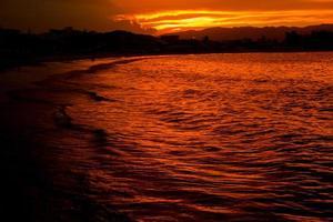 belle plage de coucher du soleil au sud du brésil