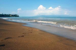 empreintes de pas sur la plage de kahana photo