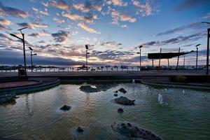 magnifique coucher de soleil le long du port de l'île de san cristobal, galapagos