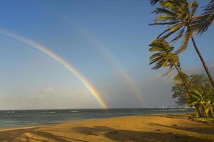 arc-en-ciel double sur l'océan tropical