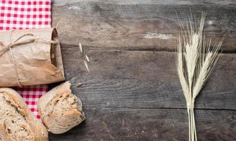 pain sur une vieille table en bois photo