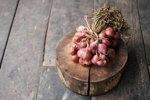 oignon rouge sur un hachoir en bois photo
