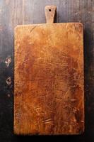 bloc de planche à découper sur fond de bois photo