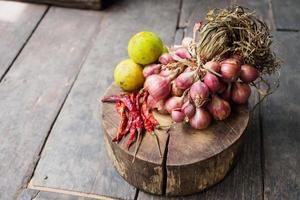 légumes sur un hachoir en bois
