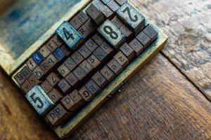 timbre en caoutchouc alphabet vintage dans une boîte en bois