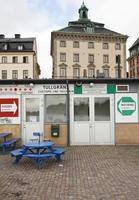 poste de douane au port de stockholm. gamla stan en arrière-plan, photo