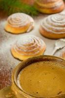 tasse de café et petits pains à la cannelle