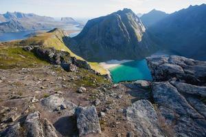 Paysage d'été norvégien avec vue pic ryten, îles lofoten, nordland photo