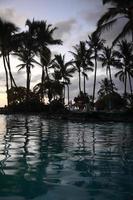 coucher de soleil sur l'île de villégiature