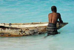 pêche au lever du soleil sur l'île tropicale photo