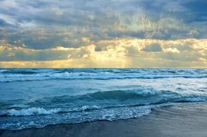 beau coucher de soleil sur la plage photo