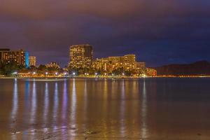 plage de waikiki la nuit photo