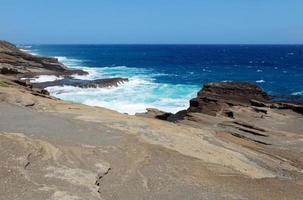 vagues contre la côte à o'ahu photo