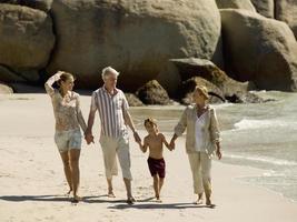famille sur une plage.