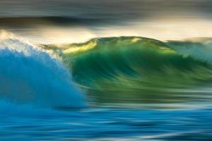 vague de l'océan au lever du soleil