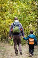randonnée en famille en automne photo