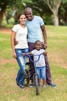jeune famille afro-américaine à l'extérieur photo