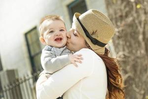 jeune maman avec son petit garçon photo