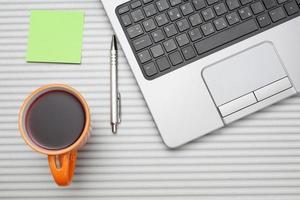 ordinateur portable sur le bureau avec une tasse de thé photo