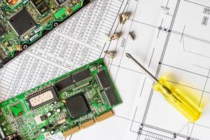 réparer un ordinateur cassé, une puce avec un tournevis photo