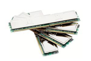 modules de mémoire informatique haut de gamme (isolés sur blanc) photo
