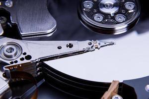 gros plan du lecteur de disque dur de l'ordinateur ouvert photo