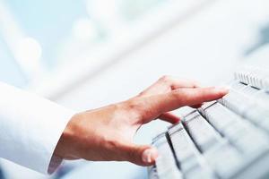 main sur le clavier photo