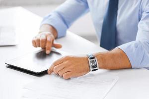 homme affaires, à, tablette pc, dans, bureau