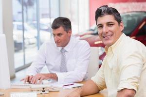 client souriant, regardant la caméra photo
