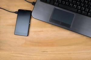 la connexion du téléphone portable noir et de l'ordinateur noir