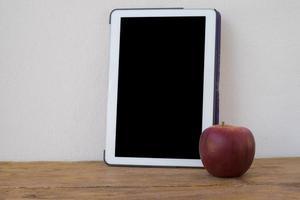 tablet pc sur un bureau en bois. photo
