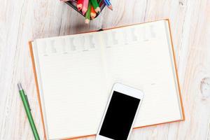 table de bureau avec fournitures photo